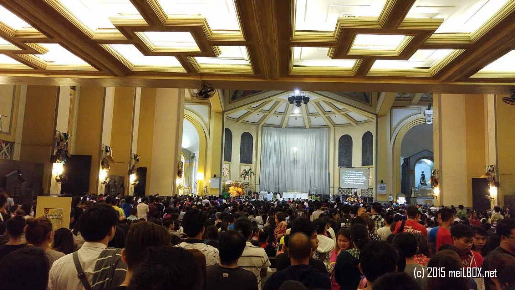 The huge crowd at the Sto Domingo Church in today's Simbang Gabi (20-Dec-15). [Image by JR Suarin]